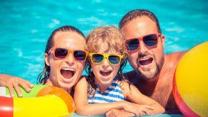 gezin zwemmen